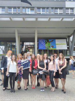 Студенти і викладачі після виступу на конференції