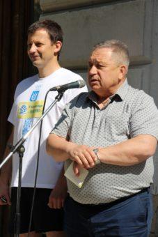 Професор Микола Лукянченко та доцент Роман Чопик вітають учасників благодійного пробігу