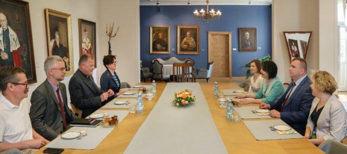 За столом переговорів між ректорами ДДПУ ім. Івана Франка та Люблінського Католицького Університету