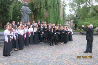 «Ґаудеамус» та Молодіжний хор із Дрездена спільно виконують «Боже Великий, Єдиний, нам Україну храни» після концерту на площі