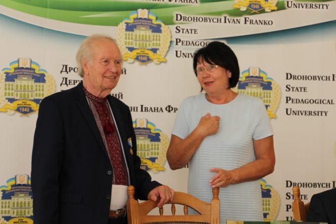 Ректор професор Надія Скотна висловлює подяку професору Олегу Шаблію