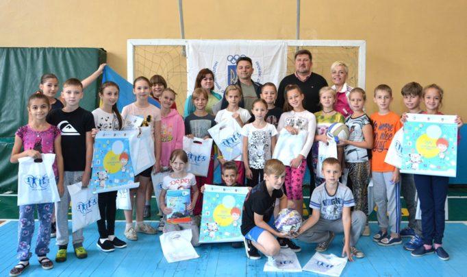 Учні з подарунками від НОК