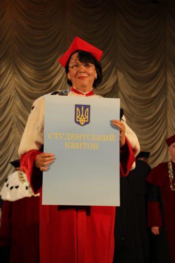 Ректор професор Надія Скотна вручає символічний студентський квиток