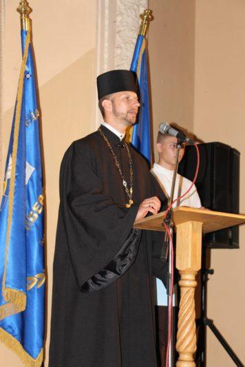 Першокурсників вітає та благословляє на успішне навчання капелан університету отець Олег Кекош
