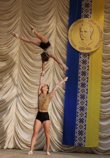 Виступають майстри спорту Юлія Пилип'як (студентка ф-ту фізичного виховання) та Олександра Табачинська (учениця Дрогобицької гімназії)