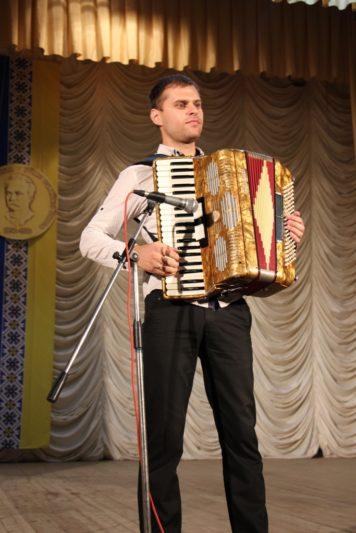 Музичний дарунок у виконанні художнього керівника Народного оркестру народних інструментів Романа Стахніва