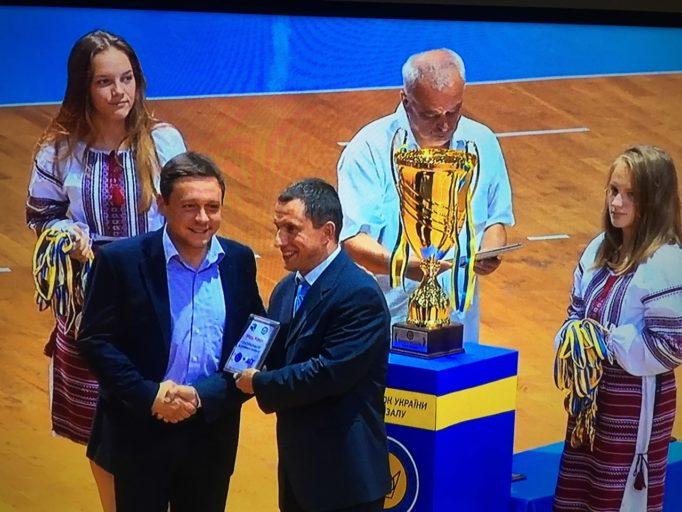 Доцент Роман Проць отримує памятну відзнаку з рук президента АФУ Сергія Владико