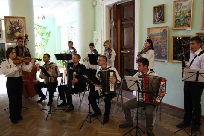 Гостей свята зустрічає Народний оркестр народних інструментів