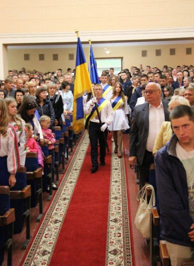 Внесення у святкову залу державної та університетської символіки