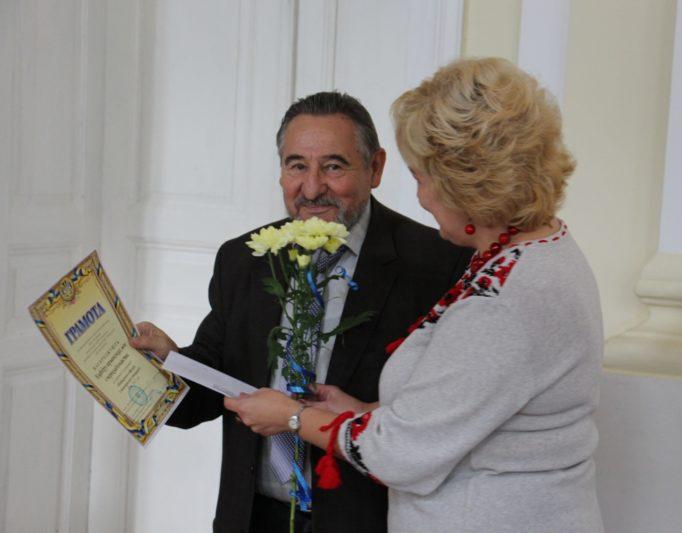 Професор Микола Зимомря отримує вітання від голови профкому доцента Олени Куцик