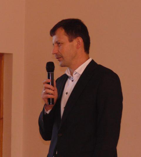 Спортсменів вітає декан факультету фізичного виховання, доцент Роман Чопик