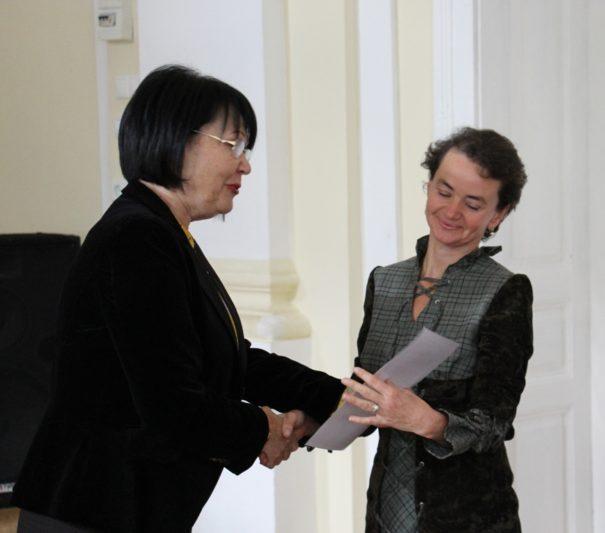 Ректор професор Надія Скотна нагороджує найкращого керівника студентської наукової роботи ст. викладача Жанну Гущак