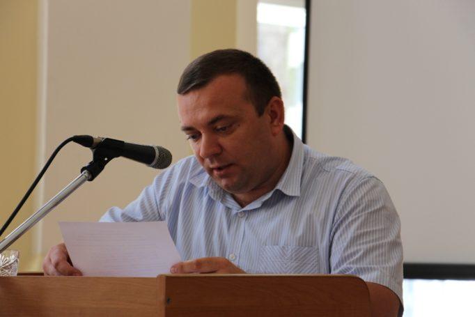 Результати голосування озвучує доцент Ігор Гриник