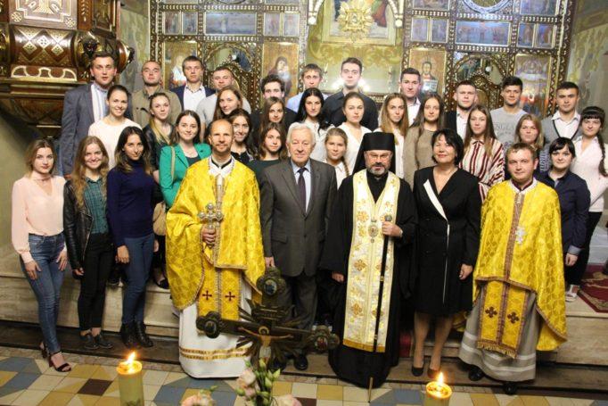 Спільне фото духовенства Катедрального собору Пресвятої Трійці з керівництвом університету та народною хоровою капелою «Гаудеамус»