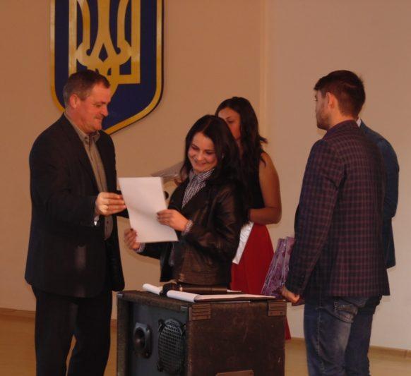 Доцент Олег Слімаковський вручає студентам грамоти та цінні подарунки