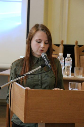 Доповідь мґр. Лесі Хомич представляє студентка польсько-української філології Наталія Безкоровайна