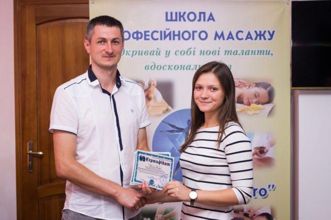 Вручення сертифiкату учасника семiнару студентцi групи ФР-22М Марii Талап