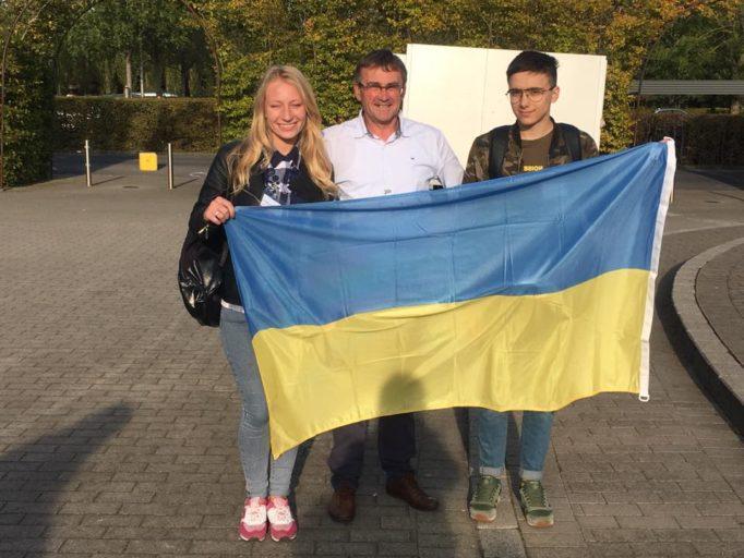 Захар Савостейк та Христина Стецко з координатором проектiв Iваном Ван Гулле
