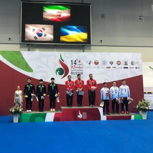 Андрій Фегецин (перший справа) у складі збірної України на п'єдесталі пошани