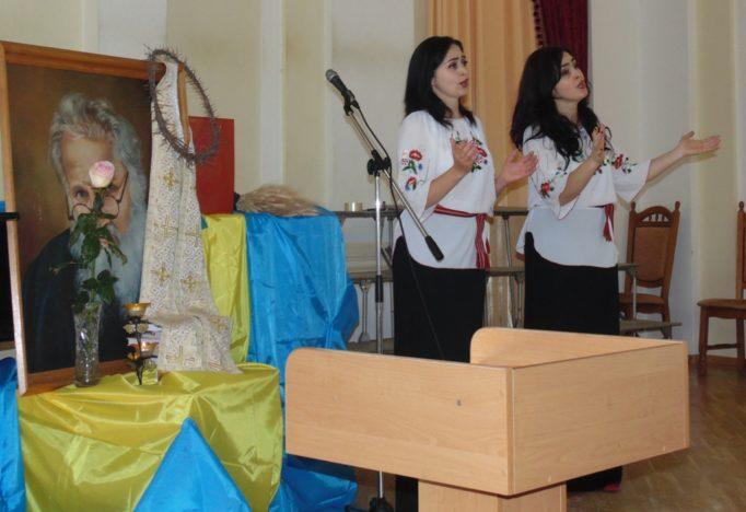 Музичний твір виконують сестри Дицьо