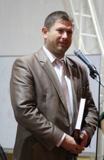 Гостей свята вітає випускник історичного факультету директор Бориславської ЗОШ №3 Володимир Драган