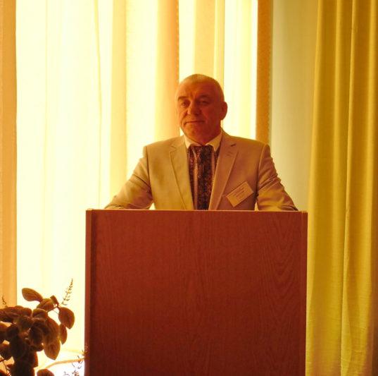 Конференцію відкриває декан факультету початкової та мистецької освіти доцент Іван Кутняк
