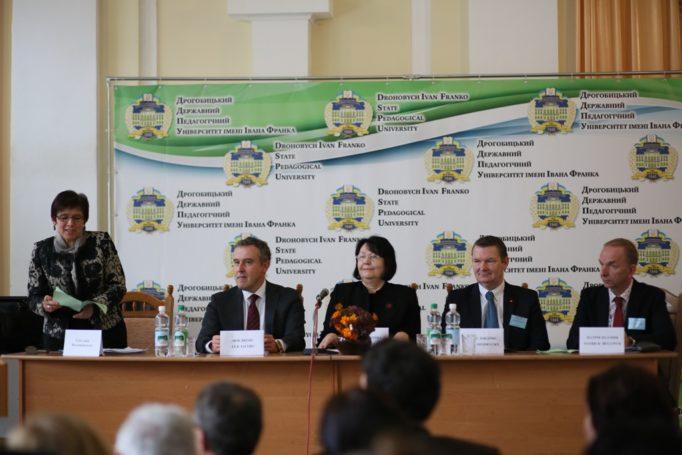 Слово до учасників конференції виголошує модератор заходу доцент Світлана Волошанська