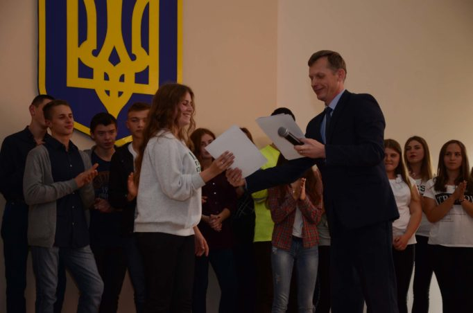 Доцент Іван Нищак нагороджує переможців