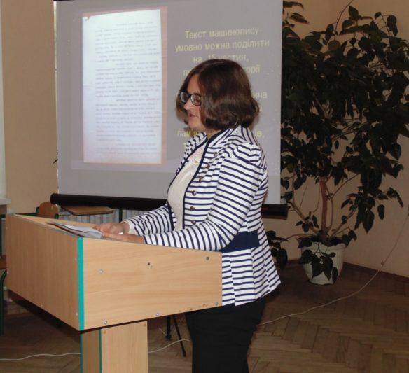 Виголошує доповідь студентка Лідія Мазурчак
