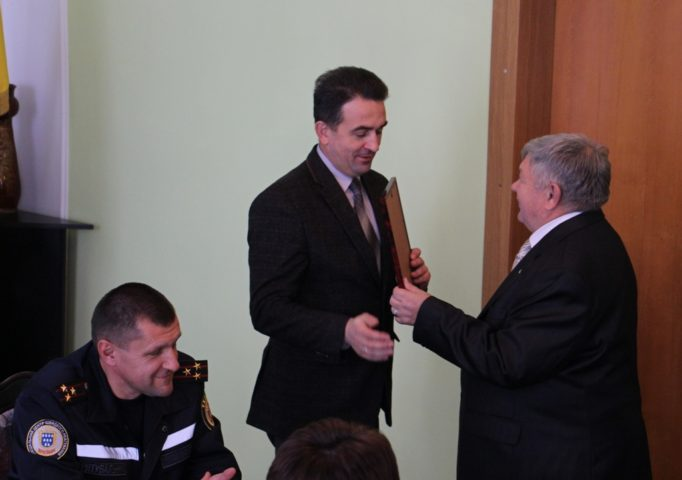 Андрій Рой вручає грамоту для ректора університету, яку отримує проректор з науково-педагогічної роботи Володимир Шаран