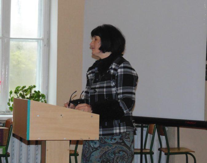 Доповідь виголошує методист Олеся Сисин
