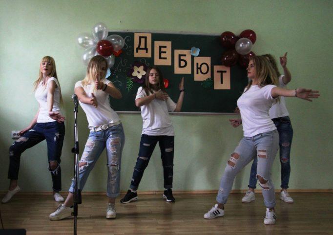 Танцюють першокурсники групи УА-12б