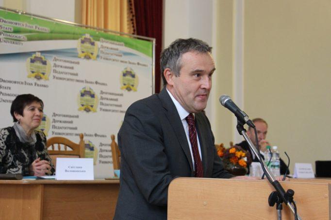 Учасників конференції вітає Надзвичайний і Повноважний Посол Королівства Бельгія в Україні Люк Якобс