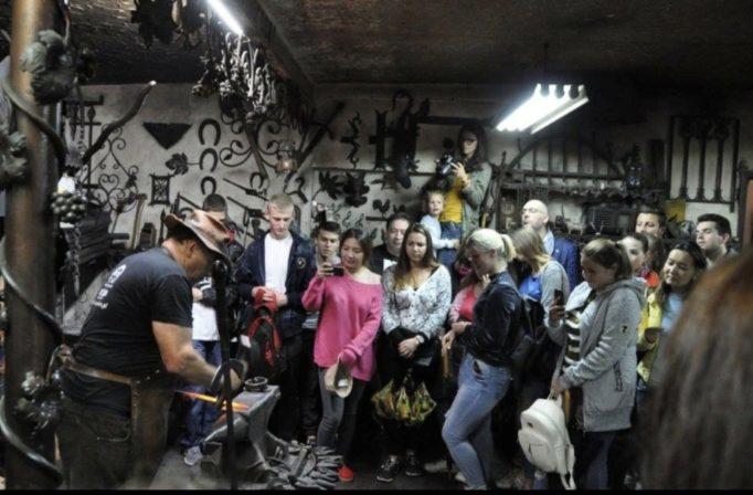 Учасники Літньої школи польської мови в Любліні під час екскурсії у старовинній кузні у Войцехові