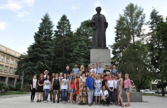 Учасники Літньої школи польської мови в Любліні біля пам'ятника Марії Кюрі-Склодовської