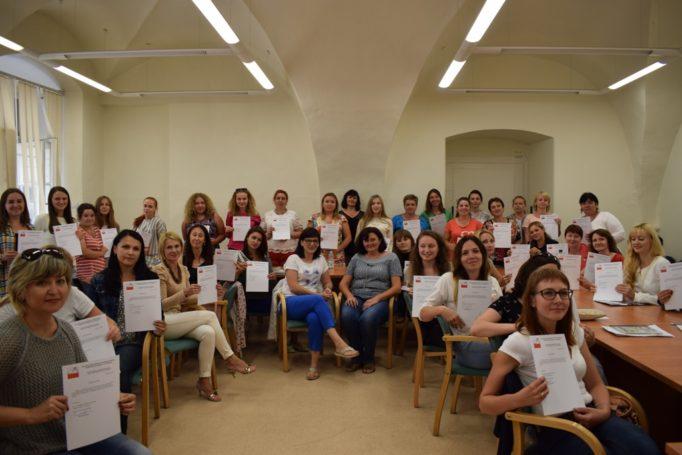 Учасники Літньої академії польської мови і культури у Вроцлаві із сертифікатами про завершення методичного курсу польської мови