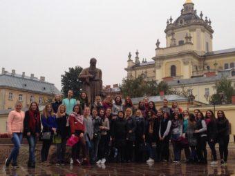 Учасники екскурсії біля Архикатедрального Собору Святого Юра
