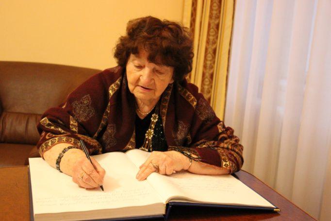 """Професор Богдана Фільц залишила свої враження від перебування в університеті у """"Книзі почесних гостей"""""""
