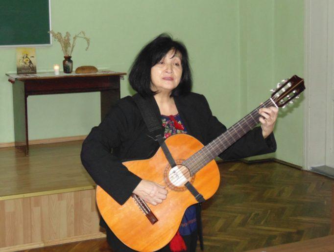 Співає старший викладач Лілія Кобільник