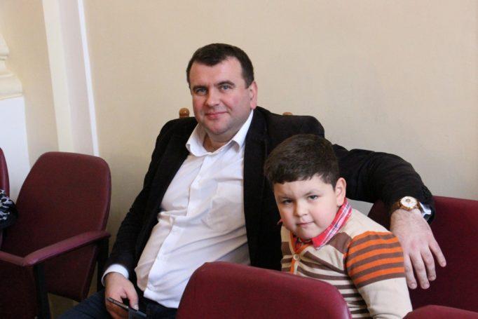 Доцент Юрій Вовк та його юний помічник Ростислав