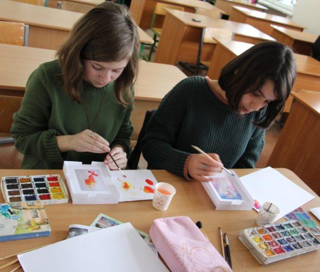 Учні створюють різдвяні листівки