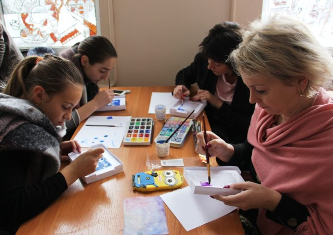 Викладачі разом з учнями долучилися до майстер-класу з виготовлення різдвяної листівки