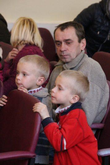 Дмитро Карабанов разом із синами в очікуванні св. Миколая