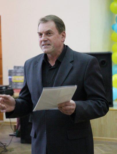 Голова профкому студентів Ігор Гівчак нагороджує найкращі номери огляду-конкурсу художньої самодіяльності «Дебют»