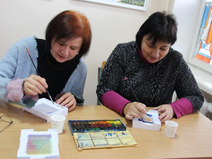Старший викладач Марія Каралюс та доцент Тетяна Білан готують різдвяні подарунки