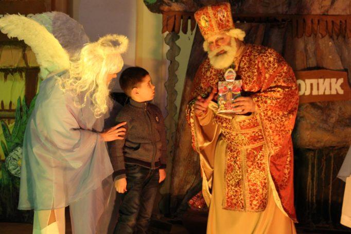 Максим Бучковський уважно слухає св. Миколая