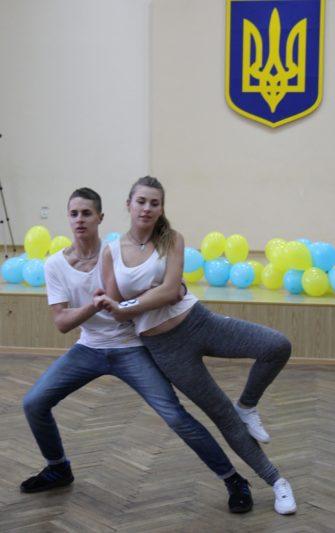 Танець у виконанні студентів ІФМЕІТ Романа Крисака та Вікторії Ілюшик