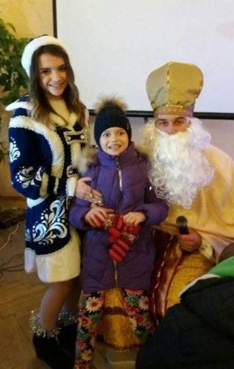 Щасливі діти поруч з св. Миколаєм
