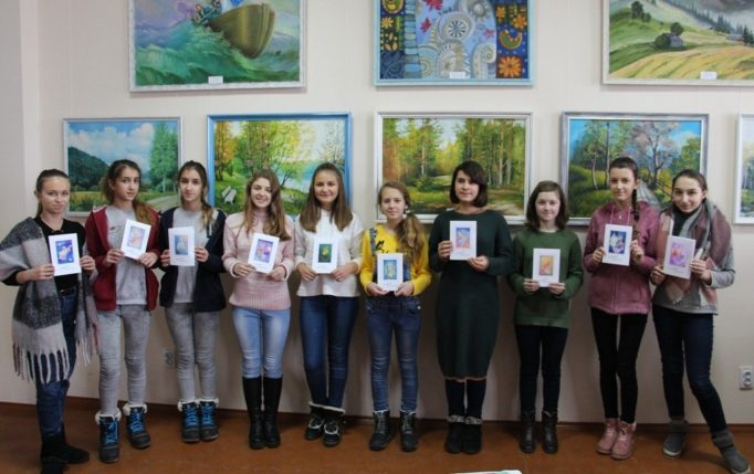 Учні презентують свої різдвяні листівки