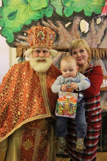 Найменший гість свята Владислав Куцик теж отримав подарунок від св. Миколая